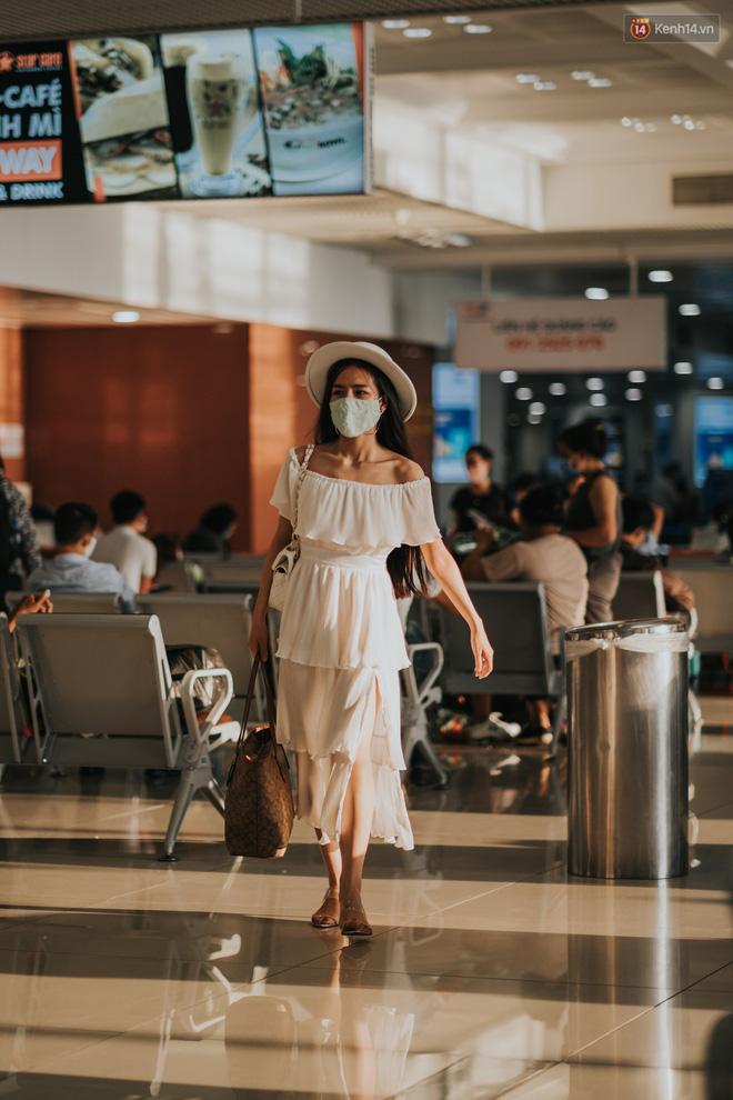 Sân bay Nội Bài những ngày chiến đấu với dịch: Hành khách đều đeo khẩu trang và chủ động giãn cách, khai báo y tế cẩn thận-12