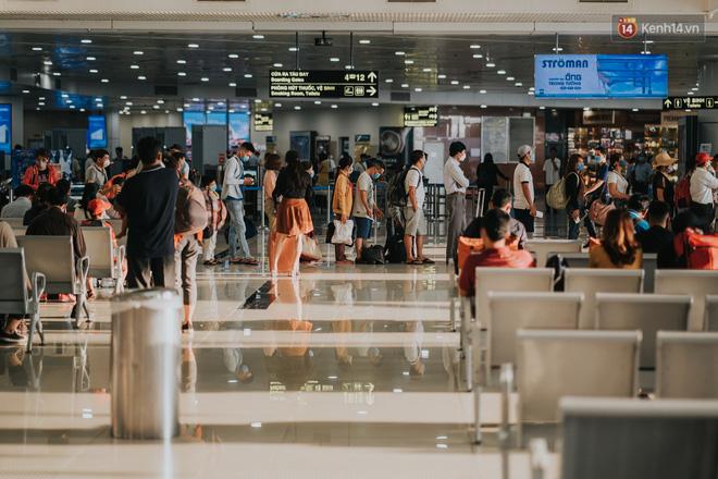 Sân bay Nội Bài những ngày chiến đấu với dịch: Hành khách đều đeo khẩu trang và chủ động giãn cách, khai báo y tế cẩn thận-6
