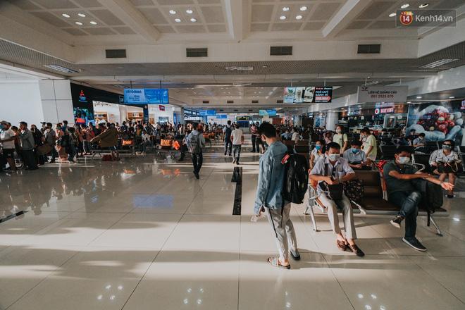 Sân bay Nội Bài những ngày chiến đấu với dịch: Hành khách đều đeo khẩu trang và chủ động giãn cách, khai báo y tế cẩn thận-1