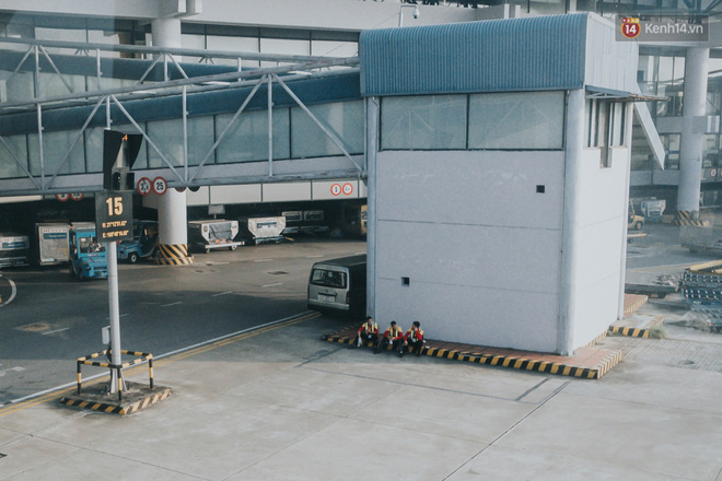 Sân bay Nội Bài những ngày chiến đấu với dịch: Hành khách đều đeo khẩu trang và chủ động giãn cách, khai báo y tế cẩn thận-7
