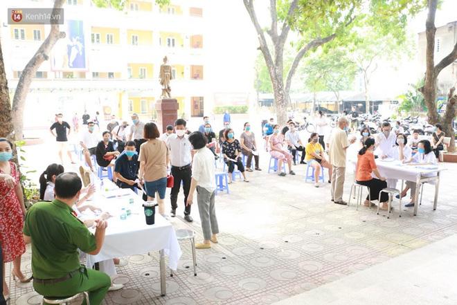 Quận Ba Đình, Hà Nội tiếp tục test nhanh Covid-19 cho người dân đi từ Đà Nẵng về-2