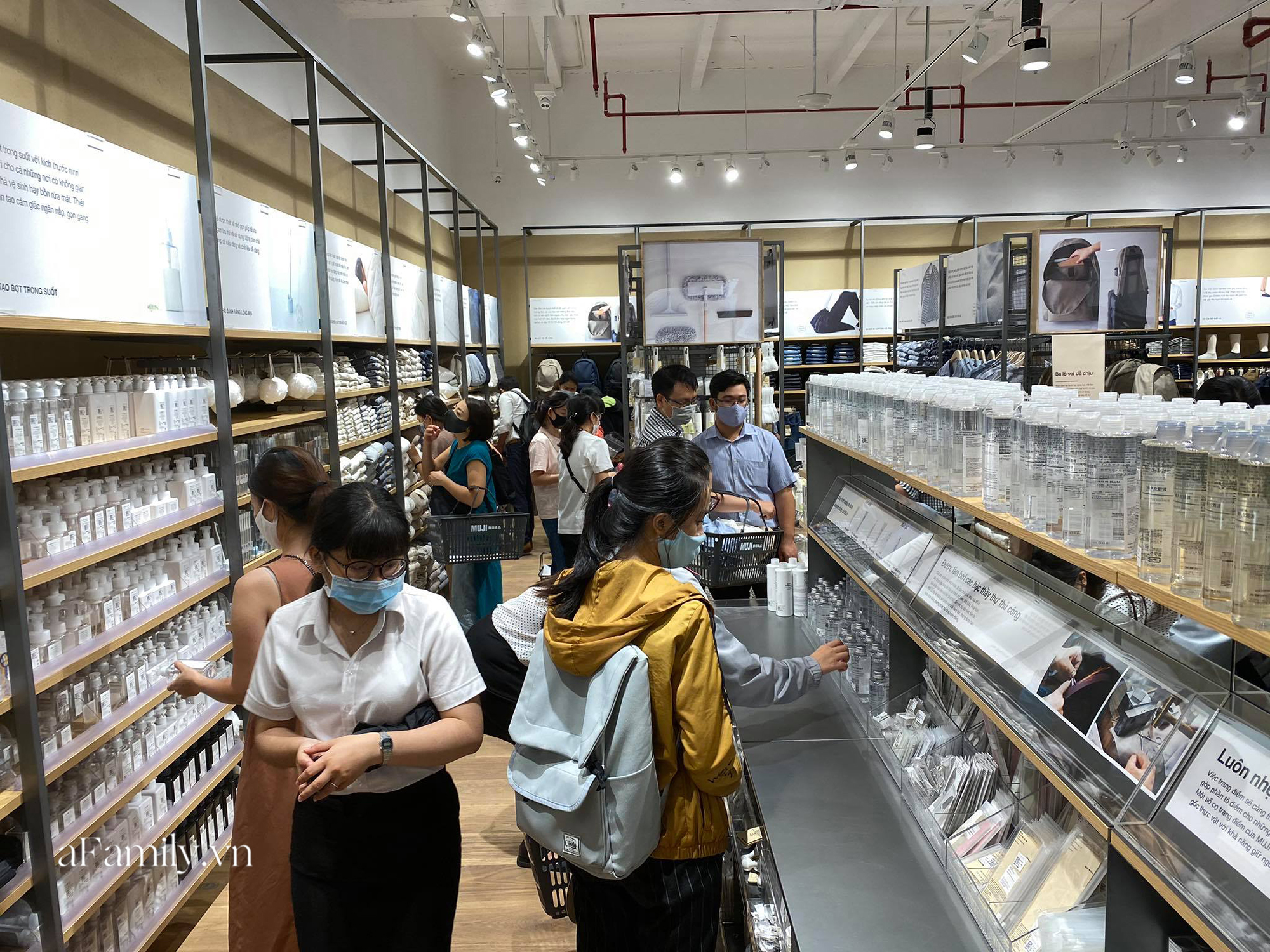 Ngày đón khách đầu tiên của MUJI tại Sài Gòn, không truyền thông rầm rộ nhưng dòng người xếp hàng dài cách nhau 2m vẫn nối đuôi như vô tận -9