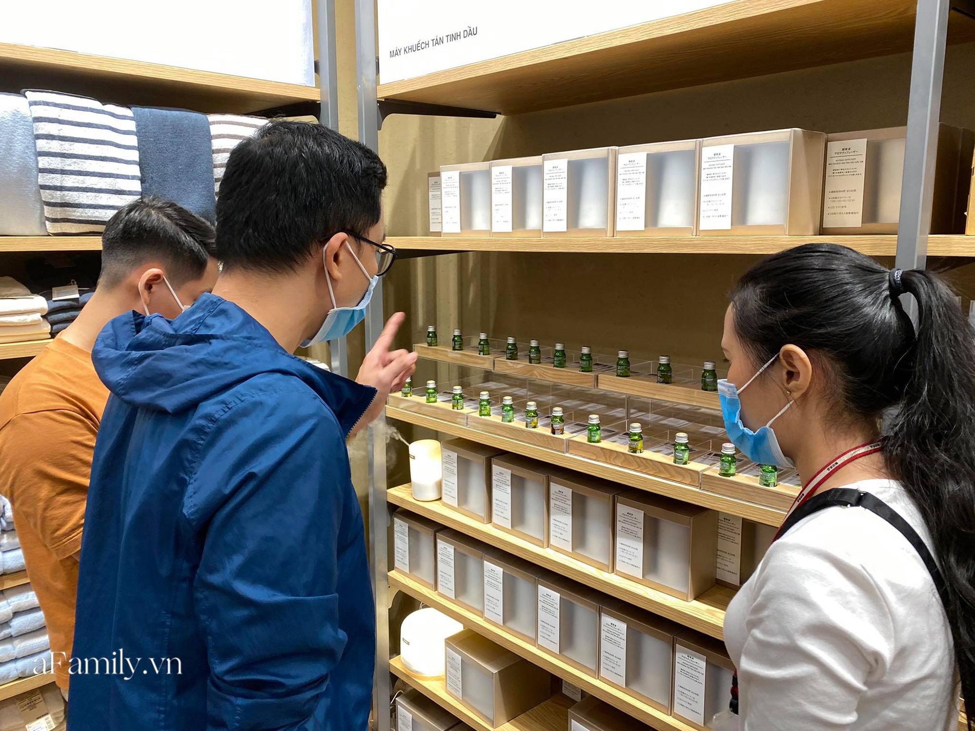 Ngày đón khách đầu tiên của MUJI tại Sài Gòn, không truyền thông rầm rộ nhưng dòng người xếp hàng dài cách nhau 2m vẫn nối đuôi như vô tận -14