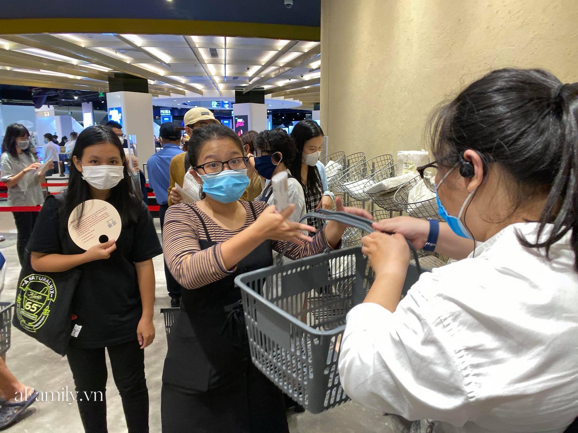 Ngày đón khách đầu tiên của MUJI tại Sài Gòn, không truyền thông rầm rộ nhưng dòng người xếp hàng dài cách nhau 2m vẫn nối đuôi như vô tận -8