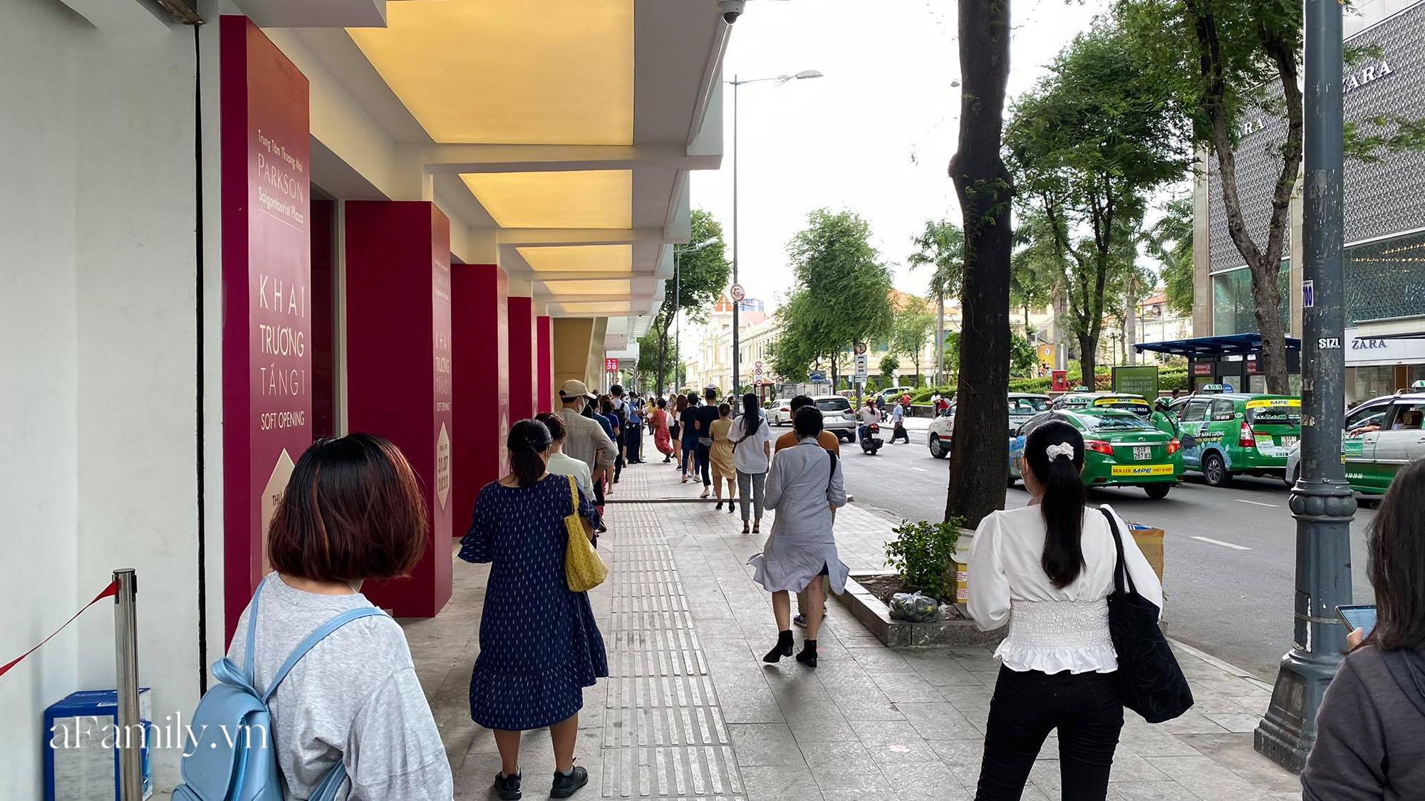 Ngày đón khách đầu tiên của MUJI tại Sài Gòn, không truyền thông rầm rộ nhưng dòng người xếp hàng dài cách nhau 2m vẫn nối đuôi như vô tận -3