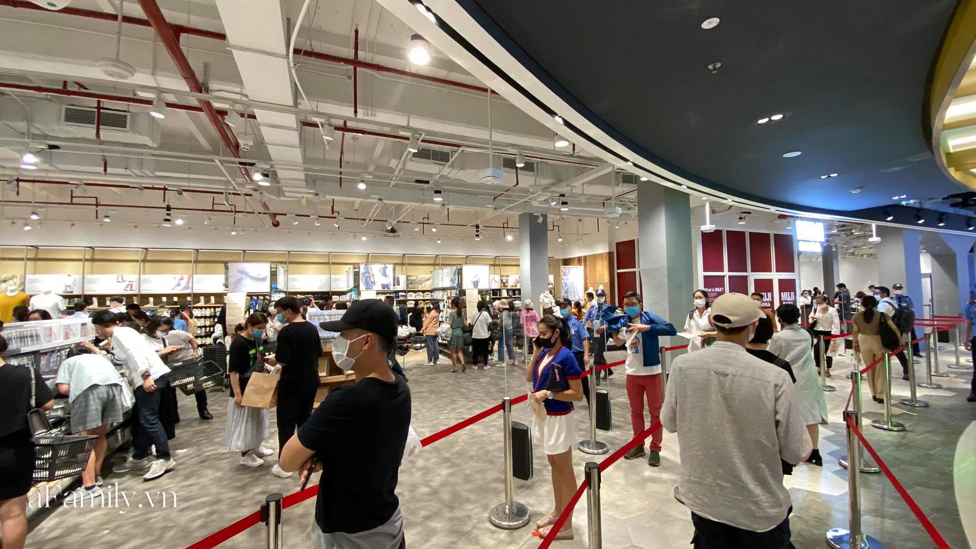 Ngày đón khách đầu tiên của MUJI tại Sài Gòn, không truyền thông rầm rộ nhưng dòng người xếp hàng dài cách nhau 2m vẫn nối đuôi như vô tận -6