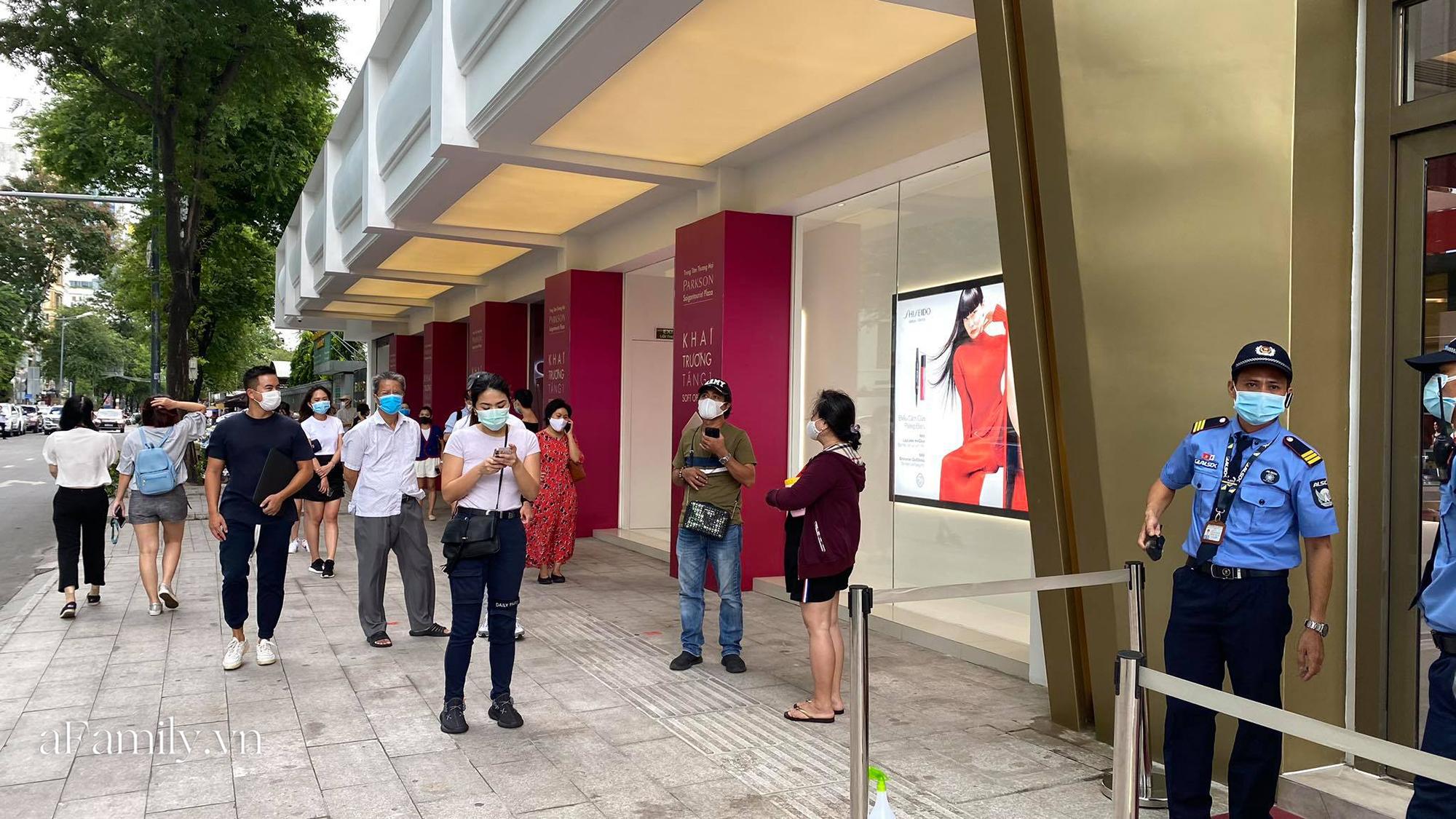 Ngày đón khách đầu tiên của MUJI tại Sài Gòn, không truyền thông rầm rộ nhưng dòng người xếp hàng dài cách nhau 2m vẫn nối đuôi như vô tận -1