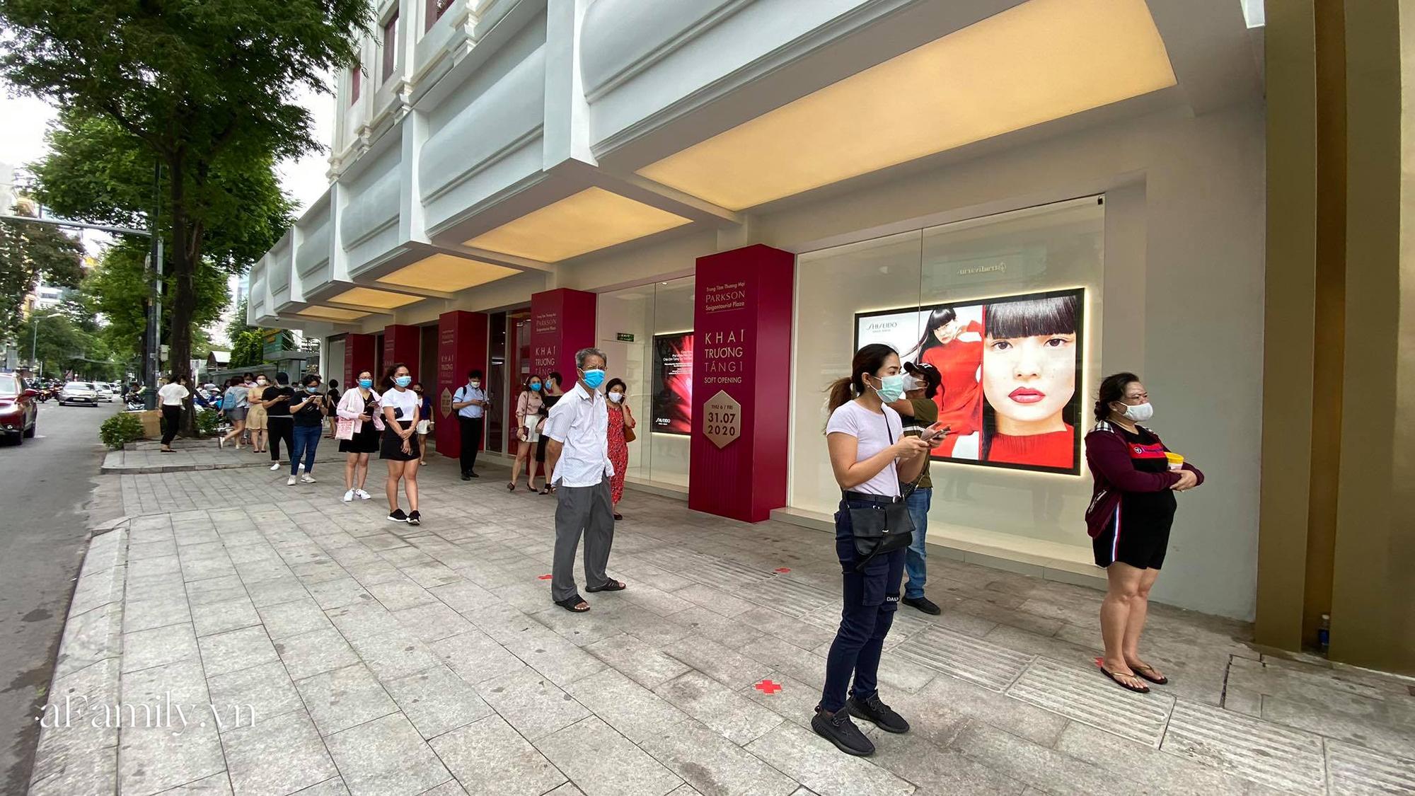 Ngày đón khách đầu tiên của MUJI tại Sài Gòn, không truyền thông rầm rộ nhưng dòng người xếp hàng dài cách nhau 2m vẫn nối đuôi như vô tận -2