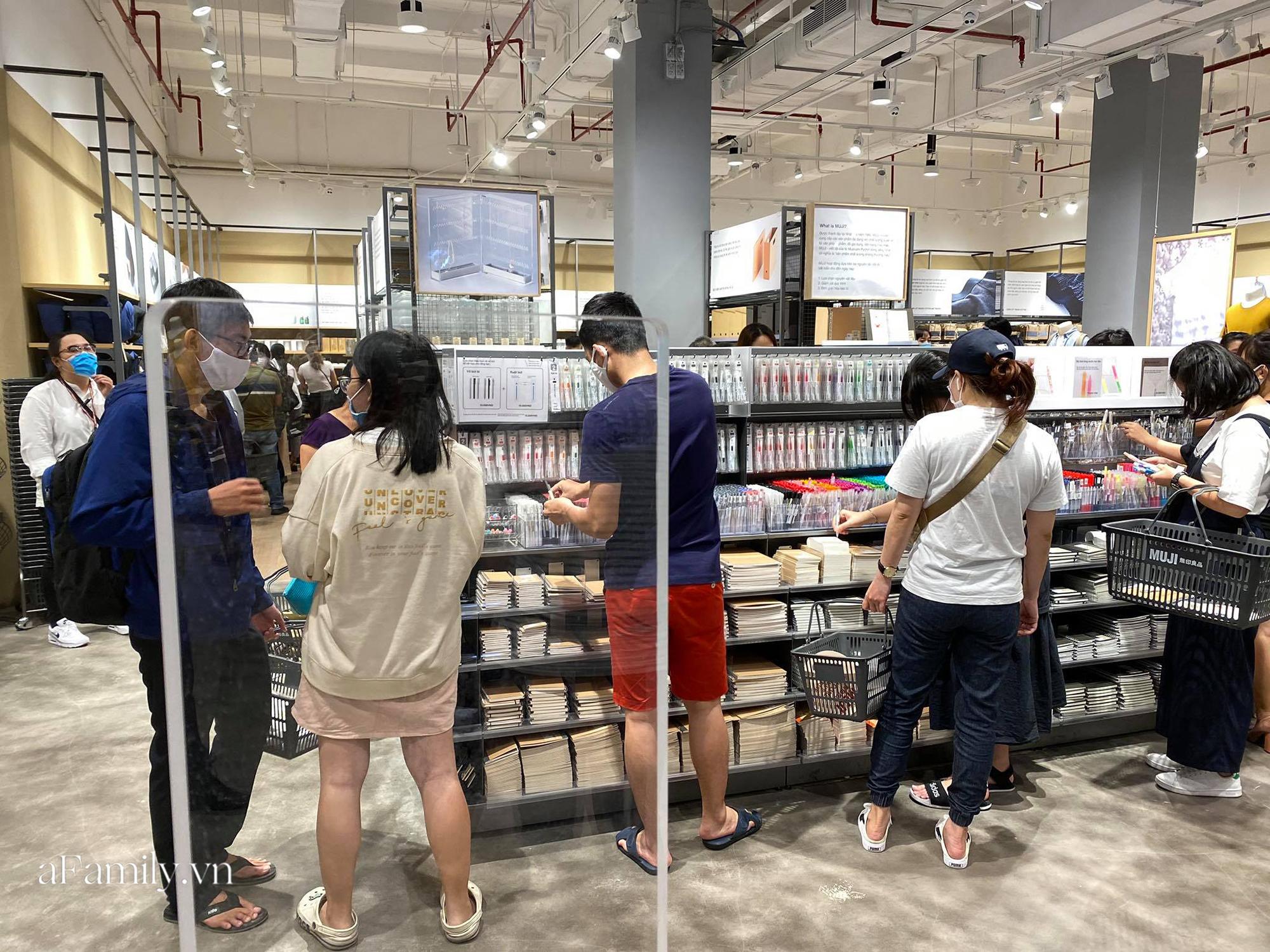 Ngày đón khách đầu tiên của MUJI tại Sài Gòn, không truyền thông rầm rộ nhưng dòng người xếp hàng dài cách nhau 2m vẫn nối đuôi như vô tận -11