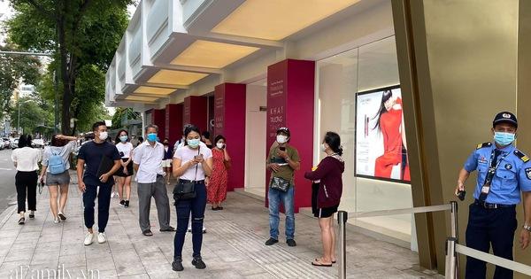 Ngày đón khách đầu tiên của MUJI tại Sài Gòn, không truyền thông rầm rộ nhưng dòng người xếp hàng dài cách nhau 2m vẫn nối đuôi như