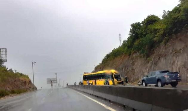 Xe khách chở 15 người tông vào vách núi, ba người bị thương-1