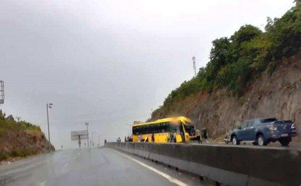 Xe khách chở 15 người tông vào vách núi, ba người bị thương