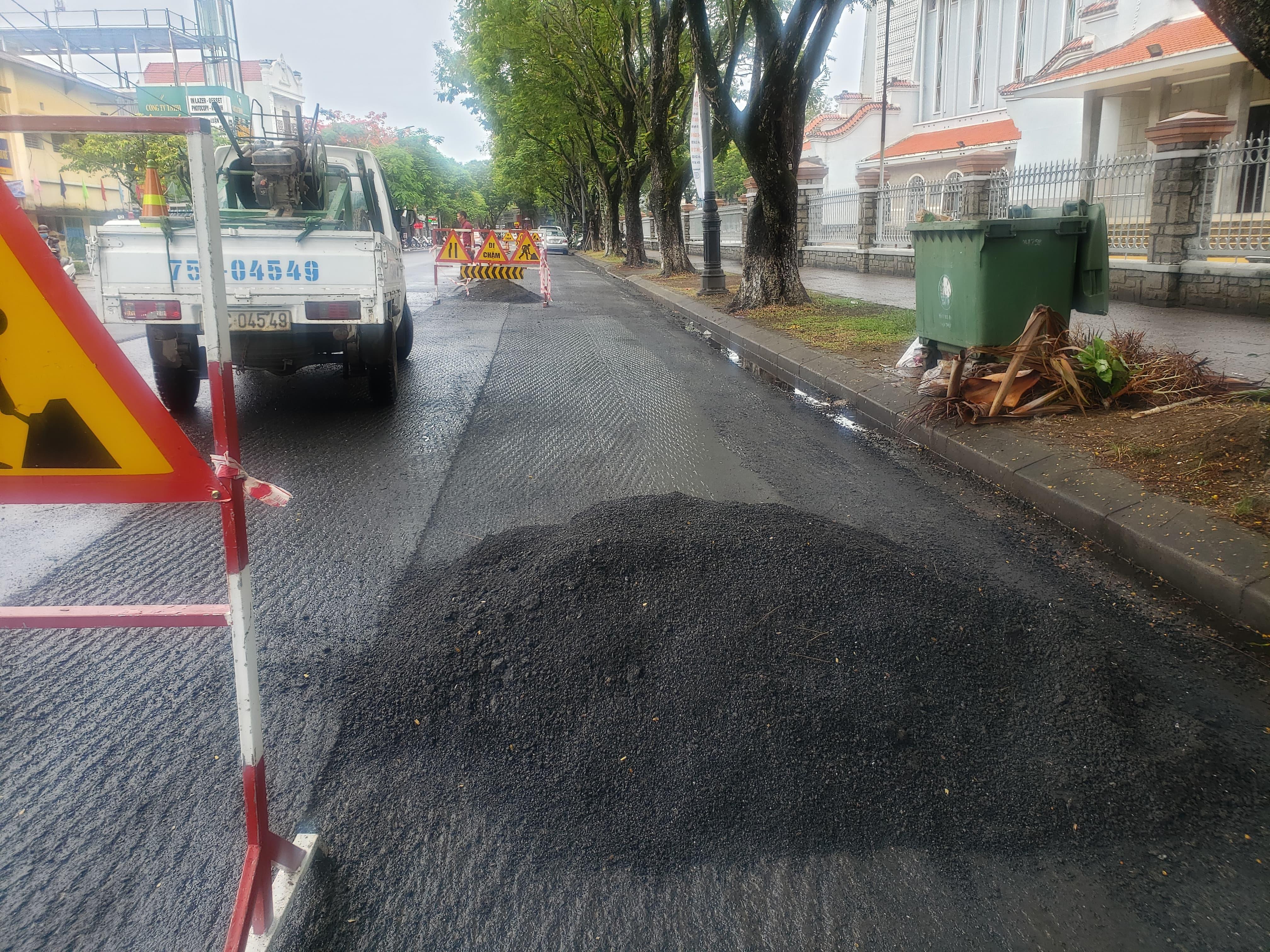 Vụ rải thảm nhựa giữa mưa ở Huế: Bóc lên làm lại!-5