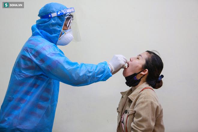 [ẢNH] Bên trong khu xét nghiệm Covid-19 cho người từ Đà Nẵng trở về TP HCM-12