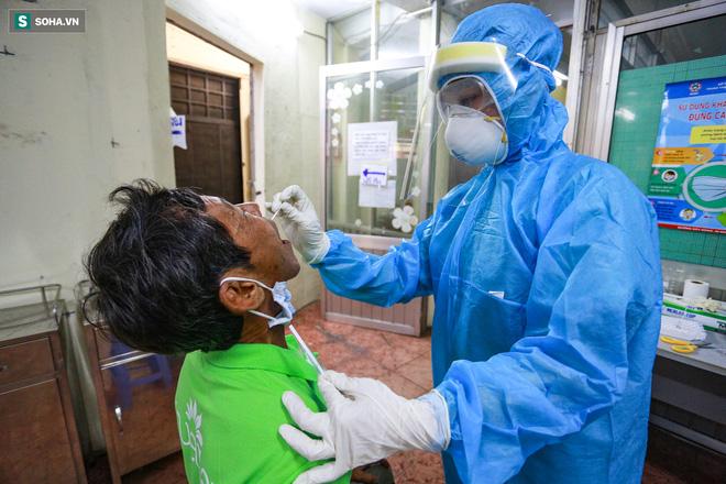 [ẢNH] Bên trong khu xét nghiệm Covid-19 cho người từ Đà Nẵng trở về TP HCM-11