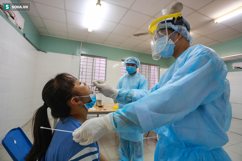 [ẢNH] Bên trong khu xét nghiệm Covid-19 cho người từ Đà Nẵng trở về TP HCM-6