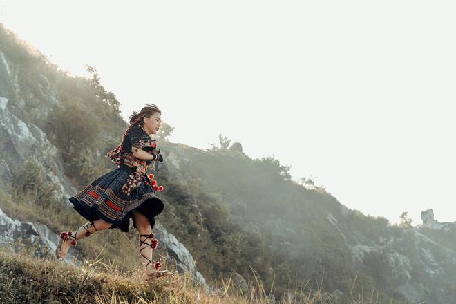 Phùng Khánh Linh tái xuất, tập nhảy tới móng chân tóe máu-3
