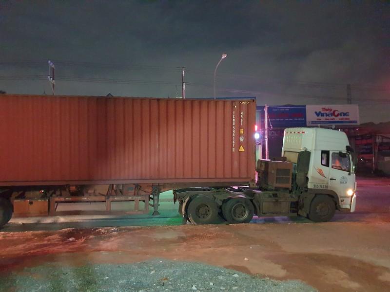 Người dân truy đuổi, bắt tài xế xe container cán chết người bỏ chạy trong đêm-1