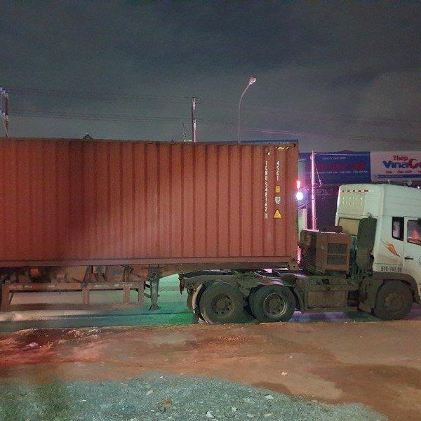 Người dân truy đuổi, bắt tài xế xe container cán chết người bỏ chạy trong đêm