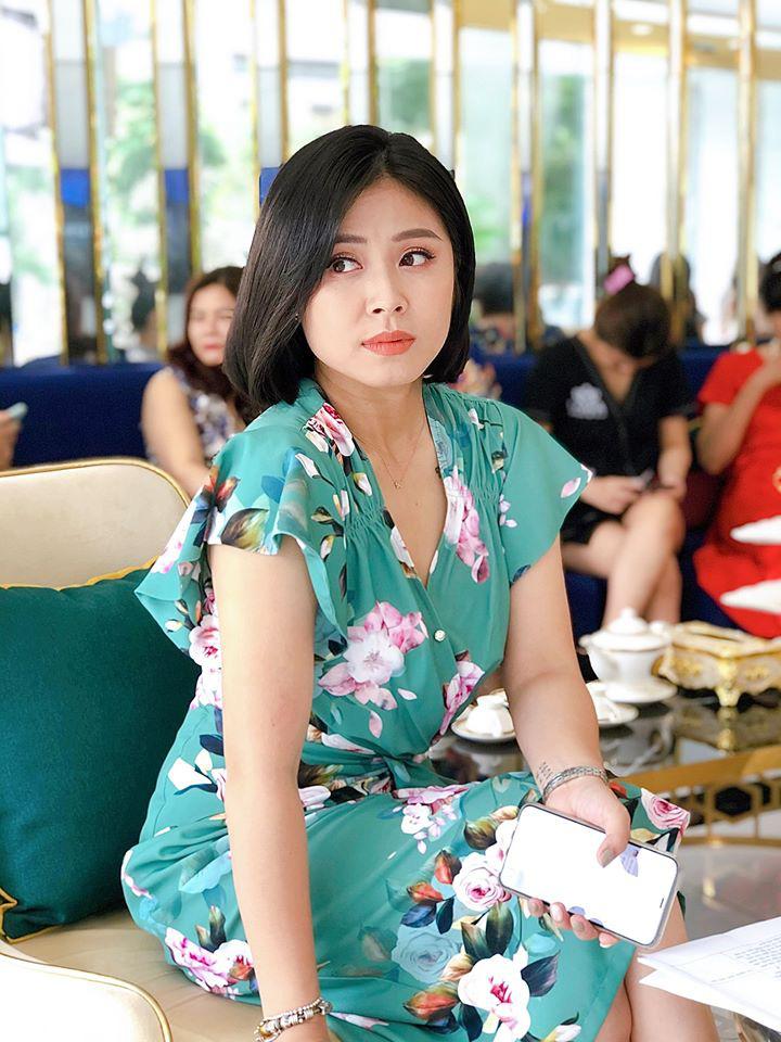 Lộ ảnh bụng to bất thường, MC Hoàng Linh bị nghi đã có tin vui sau khi tái hôn với đồng nghiệp VTV -4