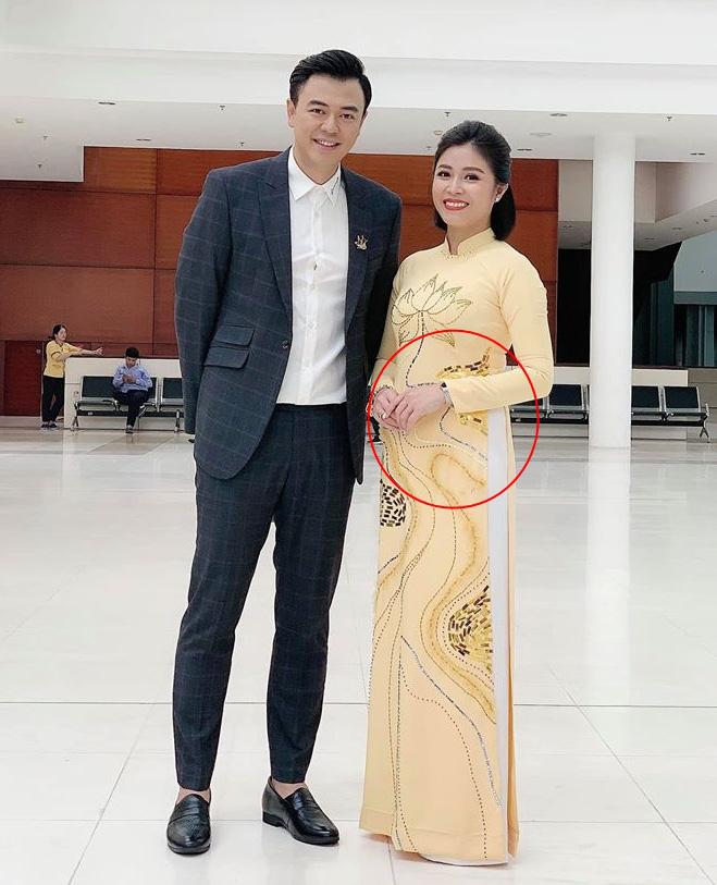 Lộ ảnh bụng to bất thường, MC Hoàng Linh bị nghi đã có tin vui sau khi tái hôn với đồng nghiệp VTV -1