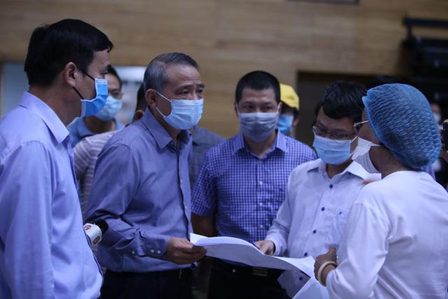 Hàng trăm người hối hả thi công bệnh viện dã chiến tại Đà Nẵng-10