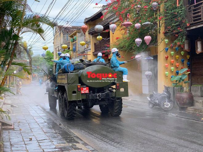 Bộ Quốc phòng vào cuộc, phố cổ Hội An được phun thuốc khử khuẩn chống Covid-19-6