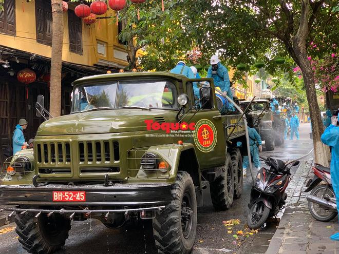 Bộ Quốc phòng vào cuộc, phố cổ Hội An được phun thuốc khử khuẩn chống Covid-19-7