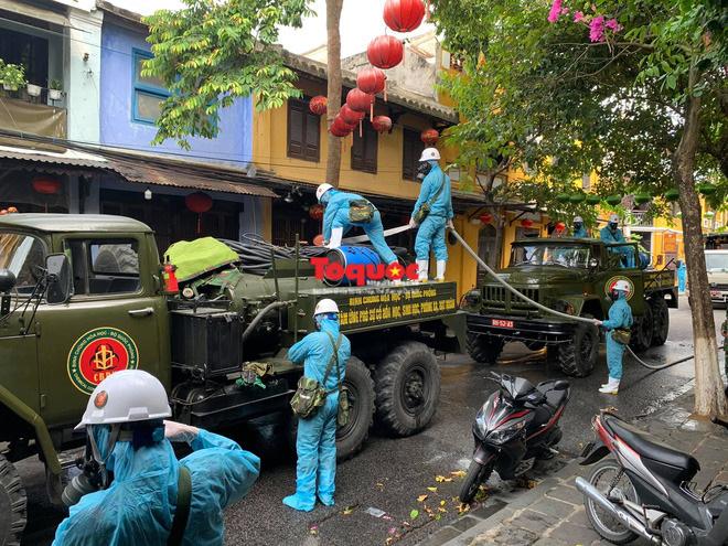 Bộ Quốc phòng vào cuộc, phố cổ Hội An được phun thuốc khử khuẩn chống Covid-19-4