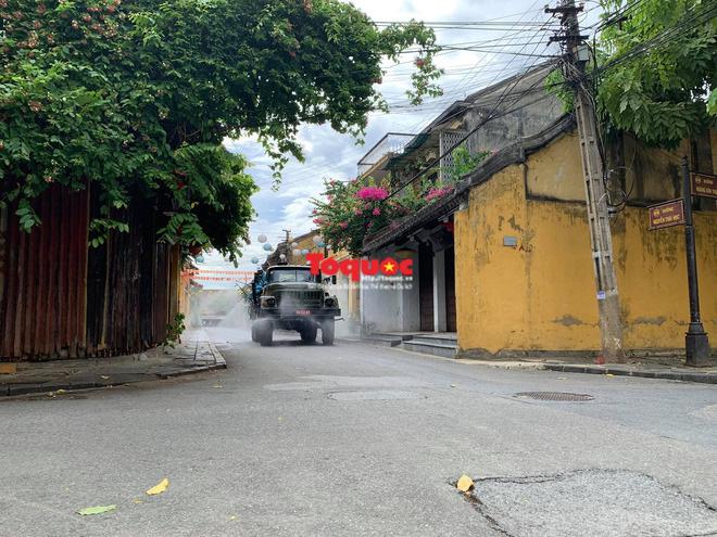 Bộ Quốc phòng vào cuộc, phố cổ Hội An được phun thuốc khử khuẩn chống Covid-19-8