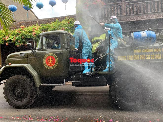 Bộ Quốc phòng vào cuộc, phố cổ Hội An được phun thuốc khử khuẩn chống Covid-19-5