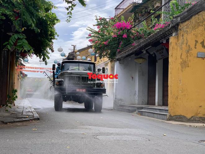 Bộ Quốc phòng vào cuộc, phố cổ Hội An được phun thuốc khử khuẩn chống Covid-19-9