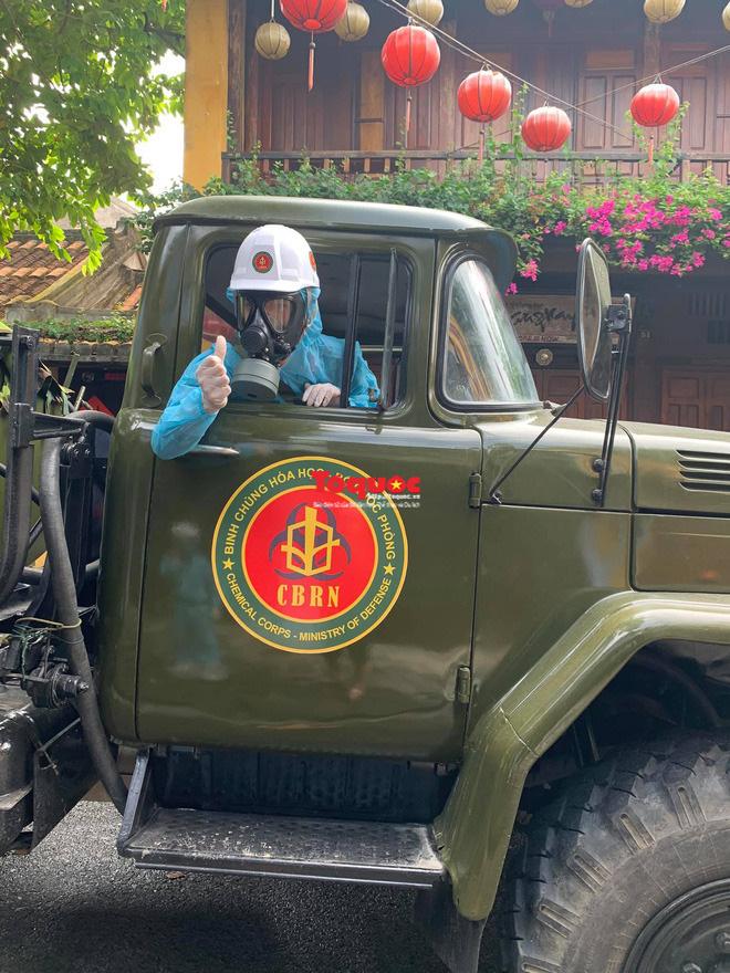 Bộ Quốc phòng vào cuộc, phố cổ Hội An được phun thuốc khử khuẩn chống Covid-19-10