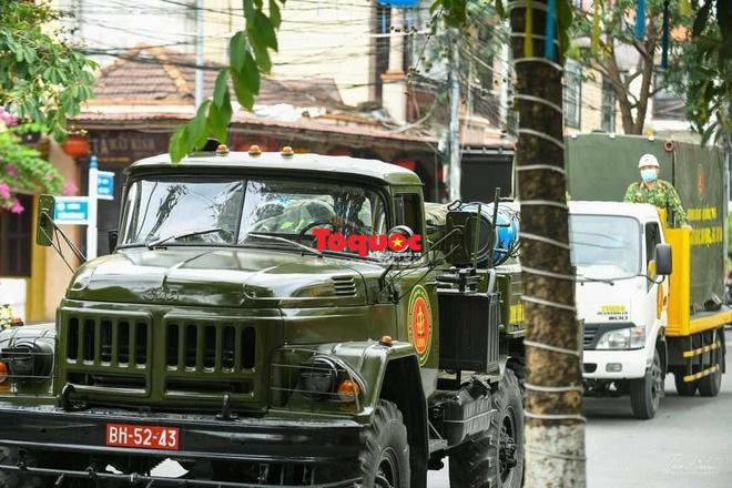 Bộ Quốc phòng vào cuộc, phố cổ Hội An được phun thuốc khử khuẩn chống Covid-19-3