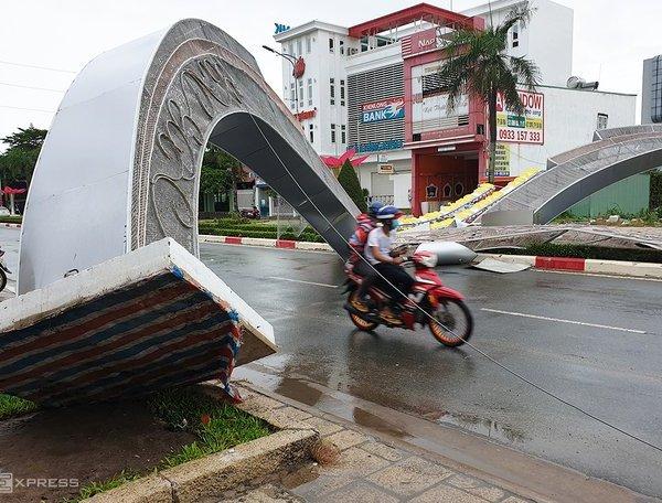 Gió lớn quật đổ hai cổng hoa cao 7m tại Vũng Tàu