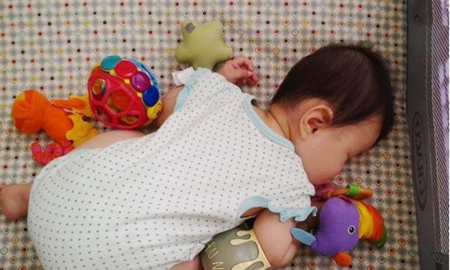 Nhiều trẻ thích ngủ trong tư thế chổng mông lên trời, tưởng không thoải mái nhưng lại rất tốt cho bé-4