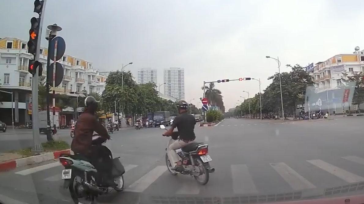 Cùng đi sai làn, cố vượt đèn đỏ, 2 xe máy 'gặp nhau' giữa ngã tư