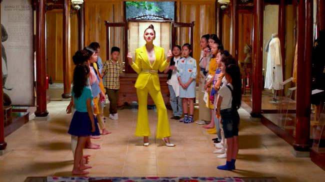 Hương Giang dạy catwalk, thuyết trình cho các 'nhà thiết kế nhí'
