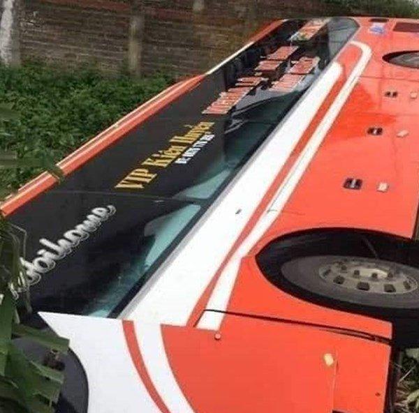 Lật xe khách giường nằm ở Phú Thọ, nhiều hành khách hốt hoảng