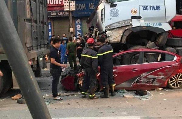Cận cảnh hiện trường tai nạn kinh hoàng xe container chồm lên nóc ô tô khiến ba người tử vong