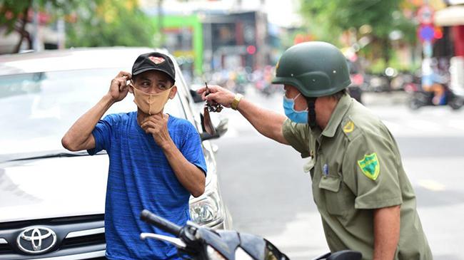 TP.HCM ra quân nhắc nhở, xử phạt không đeo khẩu trang nơi công cộng
