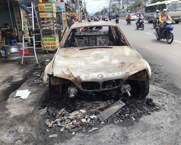 Xe BMW đang chạy bỗng dưng bốc cháy, tài xế bung cửa tháo chạy