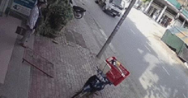 Clip: Đâm trực diện xe khách, nam sinh bị hất văng ra đường, tử vong tại chỗ