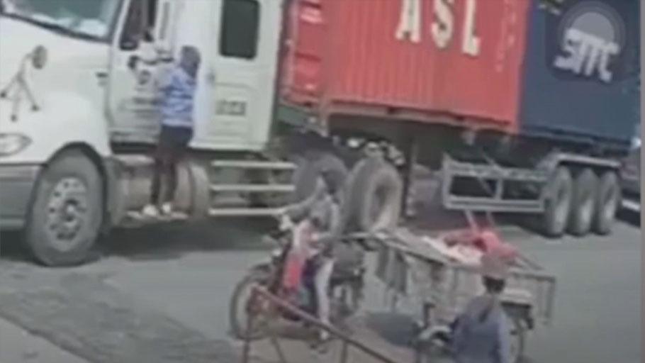 Định vượt tàu lao tới, tài xế container bị nữ nhân viên gác chắn xông lên đánh