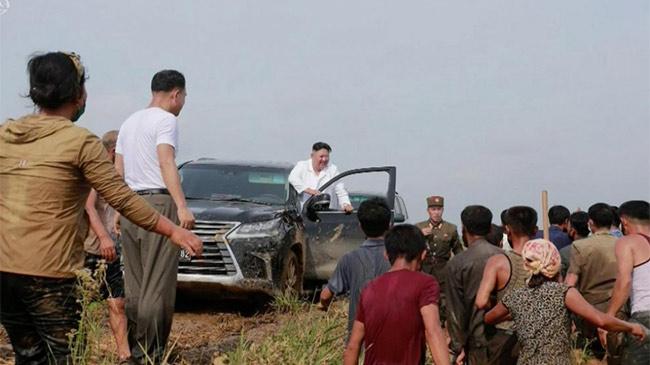 NLĐ Kim tự lái xe sang đi thăm vùng lũ, ra quyết định bất ngờ ủng hộ dân