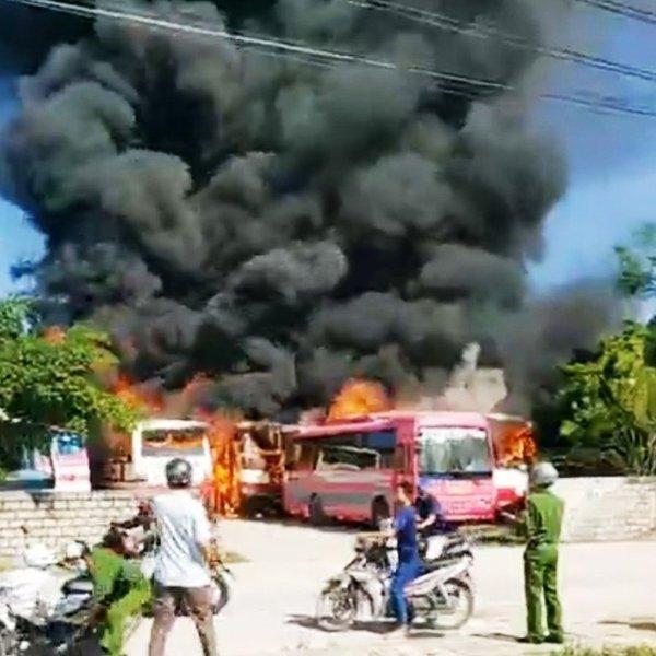 Hỏa hoạn thiêu rụi 6 chiếc xe chở công nhân tại TX.Nghi Sơn
