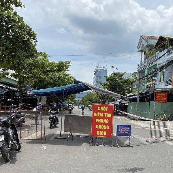 Ngày đầu người dân Đà Nẵng đi chợ bằng