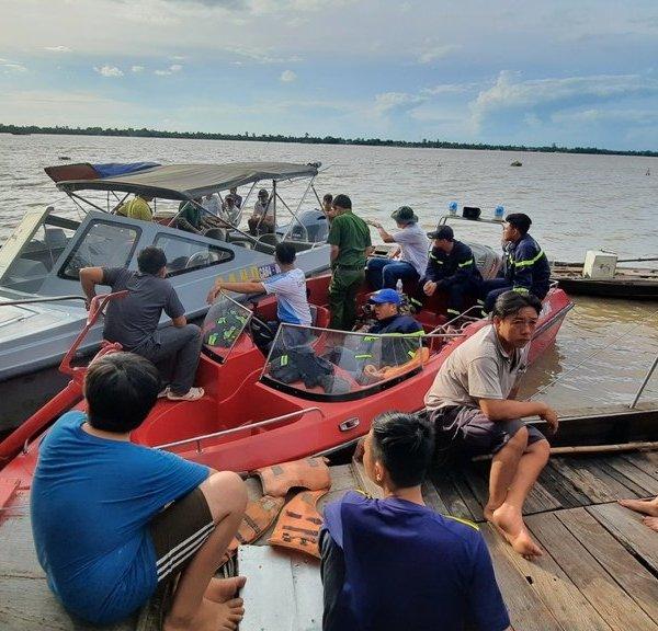 Clip: Tích cực tìm kiếm nạn nhân mất tích trong vụ 5 người ra sông Tiền câu cá gặp nạn