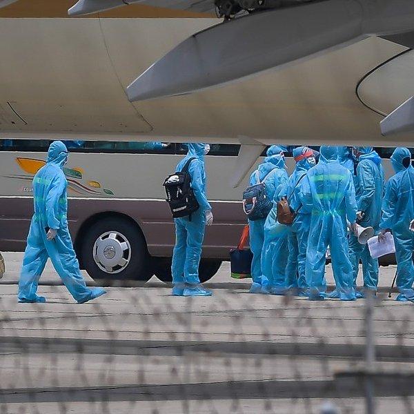 Ảnh: Chuyến bay đầu tiên đưa 202 du khách mắc kẹt tại Đà Nẵng về tới Hà Nội