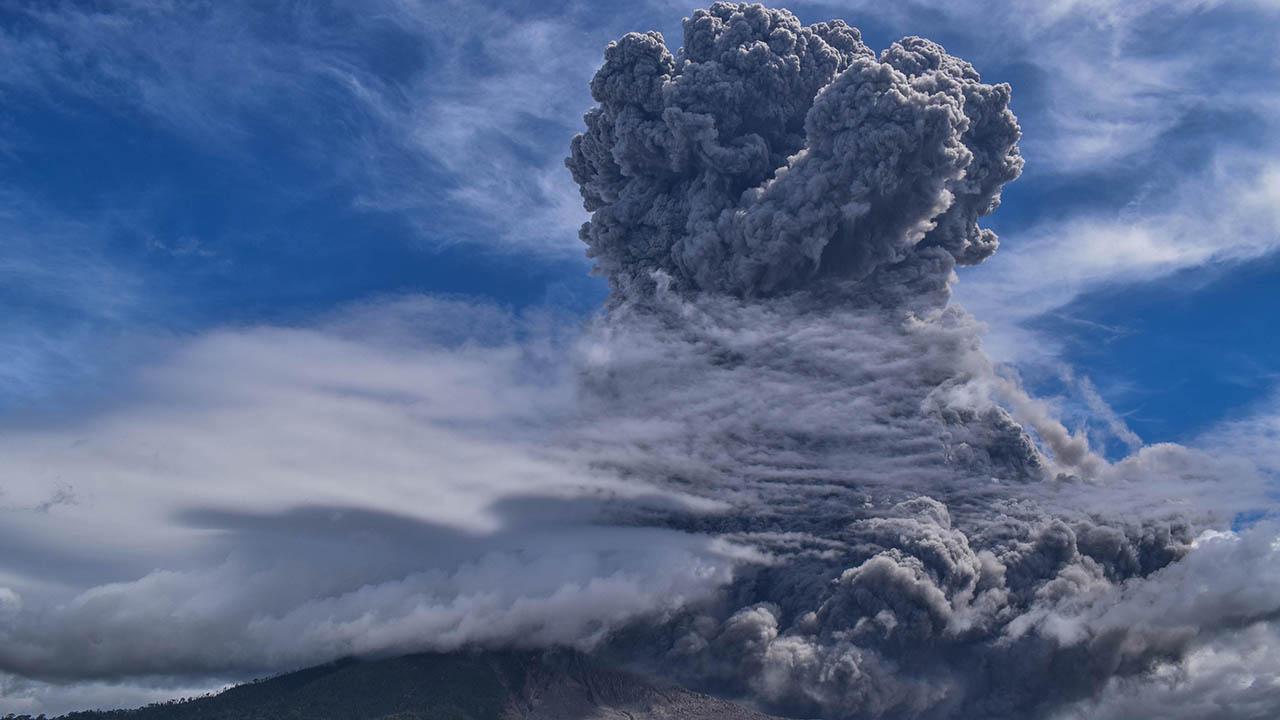 Khoảnh khắc núi lửa ở Indonesia phun trào, cột tro bụi cao hàng km